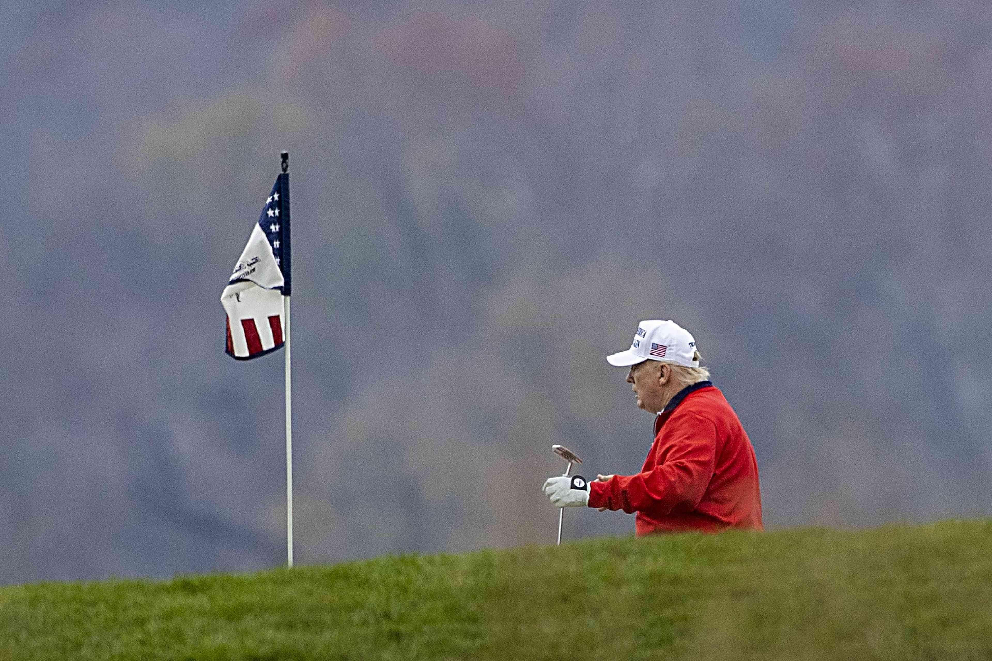 Donald Trump, lors d'une partie de golf, à son club de Sterling (Virginie), le 21 novembre.