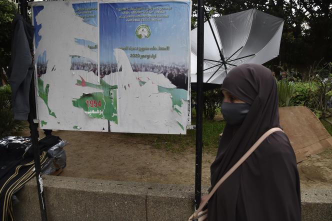 El 26 de octubre de 2020, en Argel, un cartel rasgado pedía a los votantes que acudieran a las urnas el 1 de noviembre para una votación constitucional.