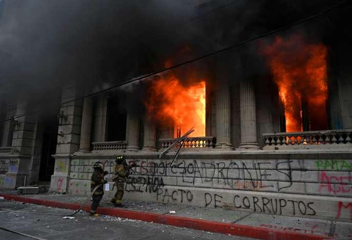 Des pompiers tentent d'arrêter l'incendie du Parlement à Guatemala City, samedi 21novembre.