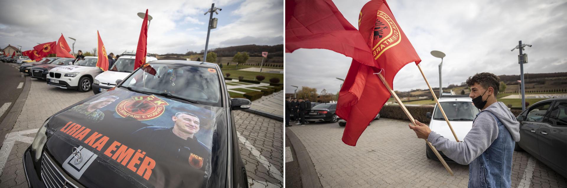 A gauche, les voitures de membres de l'Association des conducteurs de Drenica décorées de portraits de l'ancien président Hashim Thaci et de l'ancien président du Parti démocratique du Kosovo Kadri Veseli, au mémorial de Prekaz des martyrs de la famille Jashari, le 18 novembre. A droite, un membre de l'association recueille les drapeaux de l'Armée de libération du Kosovo au même mémorial, le 18 novembre.