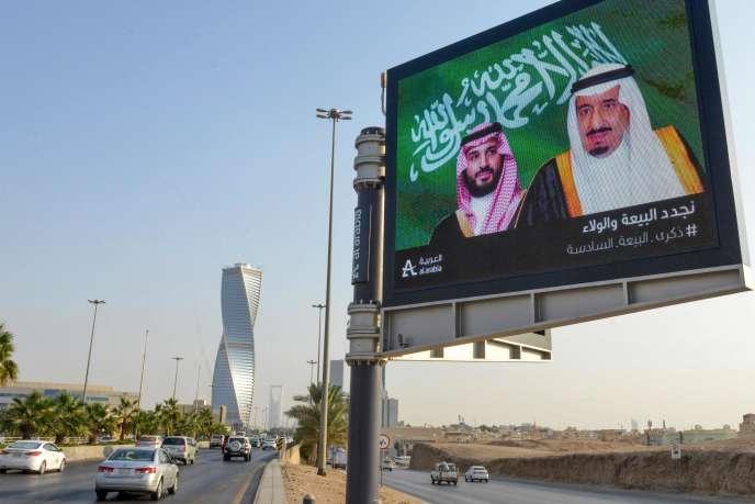 Un portrait du roiSalman (à droite) et de son fils Mohammed Ben Salman, avant le G20 qui se tient à Riyad, à partir du 21novembre.