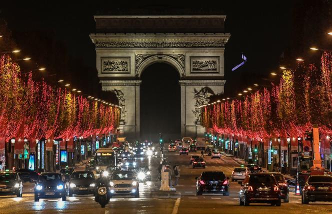 L'avenue des Champs-Elysées après l'inauguration des illuminations de Noël, le 22 novembre.