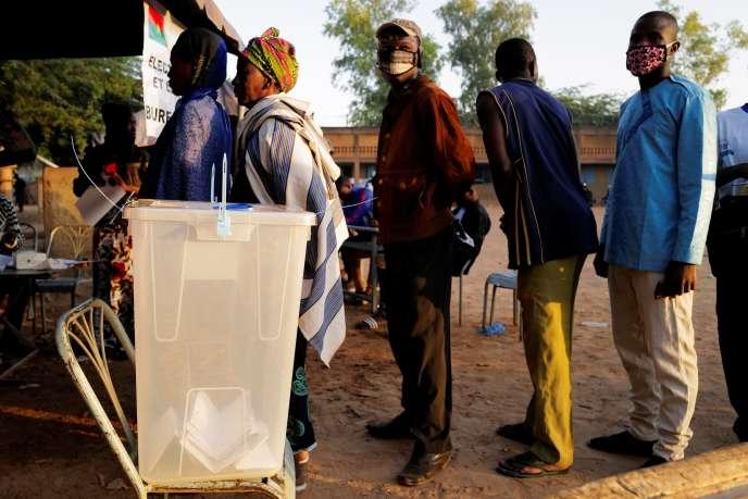 File d'attente devant un bureau de vote de Ouagadougou, la capitale du Burkina Faso, à l'occasion des élections présidentielle et législatives, le 22 novembre.