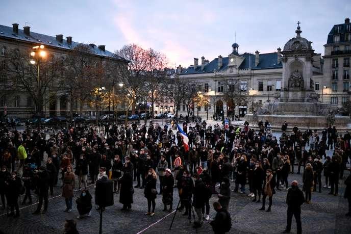 A Paris, plusieurs centaines de fidèles ont prié ensemble dimanche 22novembre devant l'église Saint-Sulpice, à 17 heures.
