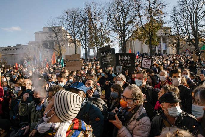 La manifestation contre la loi « sécurité globale » a eu lieu près du Trocadéro à Paris, samedi 21 novembre. Plusieurs milliers de personnes se sont rassemblées en France contre l'adoption de cette loi.