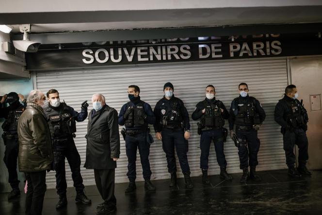 Des policiers déployés aux abords du Trocadéro lors d'une manifestation contre le projet de loi « sécurité globale» à Paris, le 21 novembre.