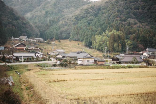 Les travaux et les jours (de Tayoko Shiojiri dans le bassin de Shiotani), de C.W. Winter et Anders Edström.