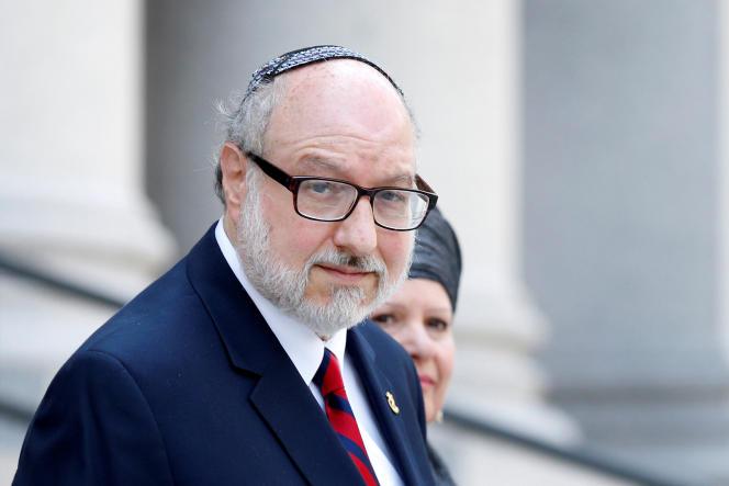 Jonathan Pollard, l'ex-analyste de la marine américaine, qui avaitété reconnu coupable en 1987 d'espionnage en faveur d'Israël, sort du palais de justice de Manhattan, à New York, le 17 mai 2017.