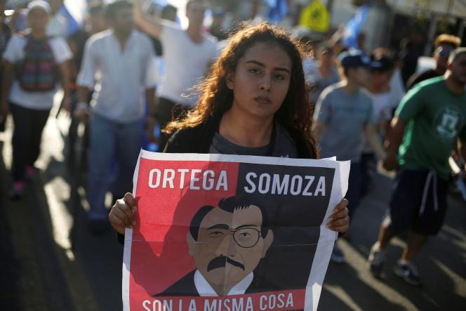 Lors d'une manifestation contre les violences policières, le 23 avril 2018 à Managua, au Nicaragua. L'affiche montre Daniel Ortega, le président du pays et l'ancien président, Anastasio Somoza.