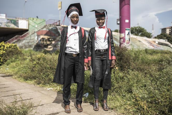 Deux jeunes bachelières en tenue de cérémonie à Conakry en octobre 2020.