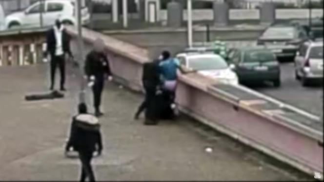 Captures d'écran vidéo issues d'une caméra de surveillance, sur lesquelles les policiers apparaissent floutés, montrant l'interpellation de Théodore Luhaka, à Aulnay-sous-Bois (Seine-Saint-Denis), le 2 février 2017. L'enquête avait été relancée après ladiffusion de ces images par Europe 1, en janvier 2018.