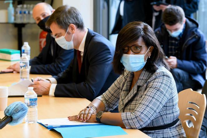 Elisabeth Moreno lors d'une visite à l'hôpital Bichat, le 23 novembre à Paris, où existe un centre de prise en charge des femmes victimes de violences.