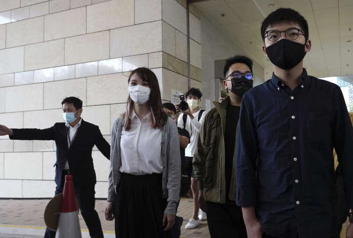 De droite à gauche, les activistes prodémocratie Joshua Wong, Ivan Lam et Agnes Chow à leur arrivée au tribunal de Hongkong, lundi 23 novembre.