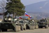 Des forces de maintien de la paix russes sur la route de Chouchi, au Haut-Karabakh, le 17 novembre.