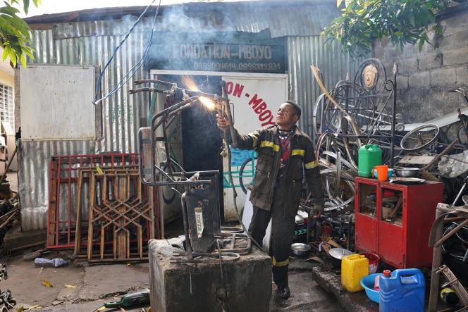 Mafiki Mboyo dans la cour de son atelier, à Kinshasa, en novembre 2020.