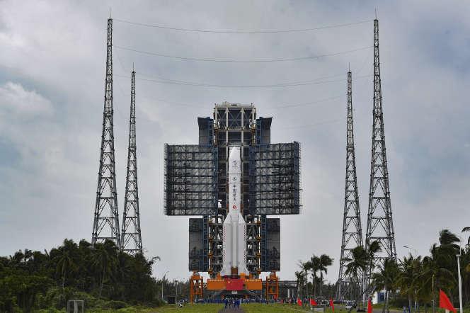 Le 17 novembre, la fusée Longue-Marche 5 est avancée sur le pas de tir de la base de Wenchang, en Chine.