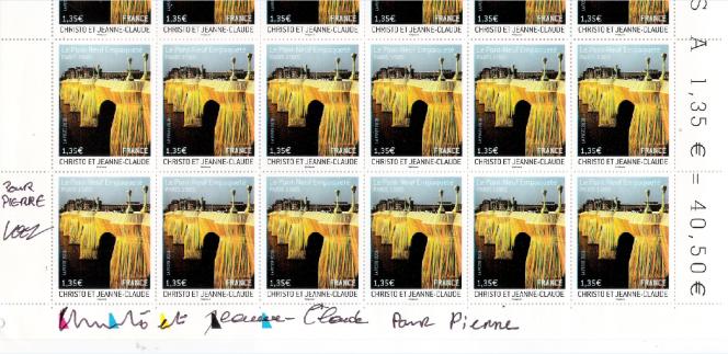 « Le Pont-Neuf empaqueté1985», par Christo et Jeanne-Claude. Bas de feuille du timbre paru en 2008 signé par Christo, Jeanne-Claude et le photographeWolfgang Volz