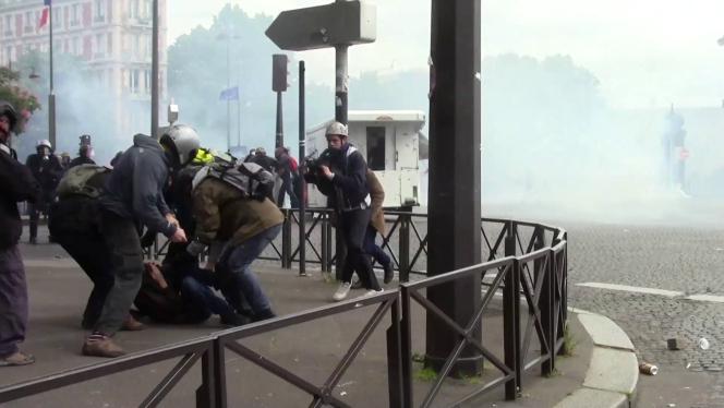 Lors de l'interpellation de Paco Pompeani, à Paris, le 17 mai 2016.