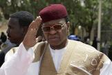 Le président Mamadou Tandja à l'aéroport de Niamey, au Niger, le 27 mars 2009.