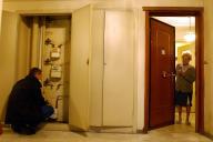 Un agent niçois de Gaz de France, rétablit l'alimentation en gaz dans un immeuble d'Ajaccio, en 2004.