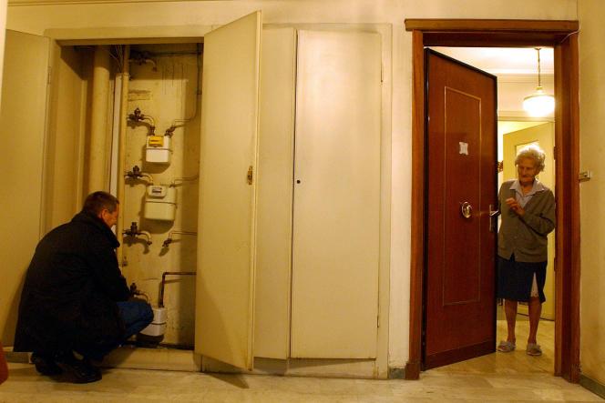 Un agent niçois de Gaz de France rétablit l'alimentation en gaz dans un immeuble d'Ajaccio, en 2004.