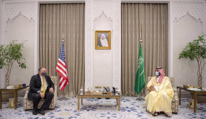 Le prince héritier saoudien Mohammed Ben Salman (à droite) lors de sa rencontre avec le secrétaire d'Etat américain Pompeo à Neom, en Arabie saoudite.Photo fournie par le palais royal saoudien, le 22 novembre.