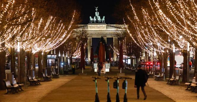 Les illuminations de Noël installées près de la porte de Brandebourg à Berlin, mardi 24novembre.