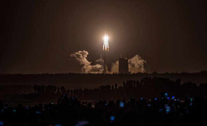 La fusée Y5 Long March-5, transportant la sonde lunaire Chang'e-5, décolle du centre de lancement spatial de Wenchang, à Wenchang, province de Hainan, Chine, le 24 novembre