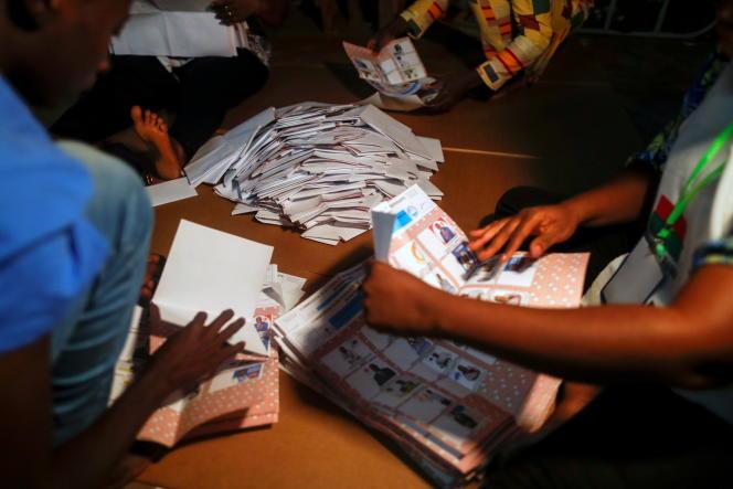 Dépouillement dans un bureau de vote après les élections présidentielle et législatives à Ouagadougou, au Burkina Faso, le 22 novembre 2020.