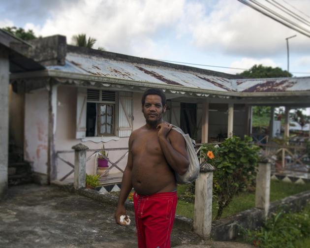 David Dumesnil devant la maison de ses parents, à Capesterre-Belle-Eau.