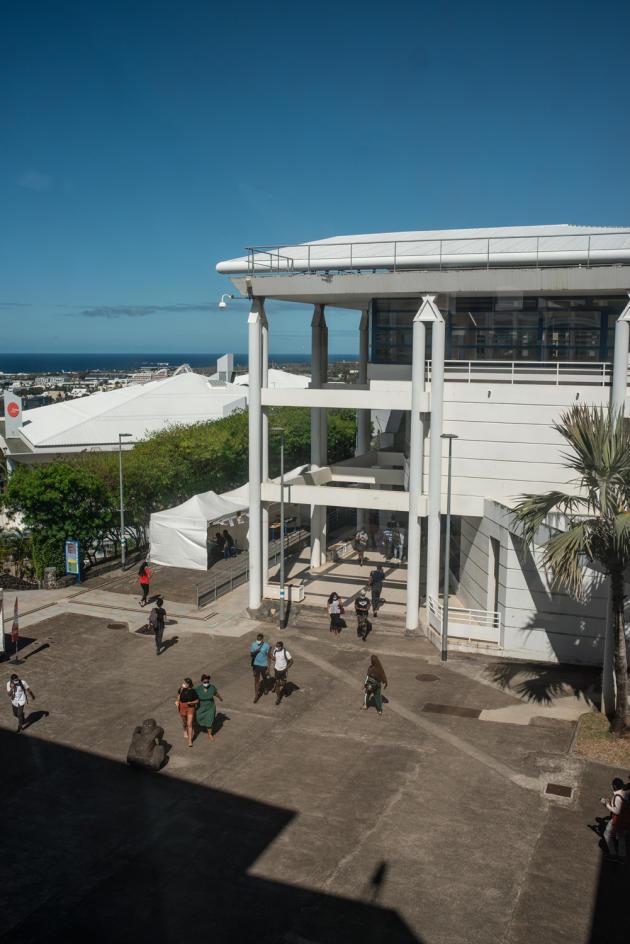 La faculté de lettres et de sciences humaines, à l'université de La Réunion.