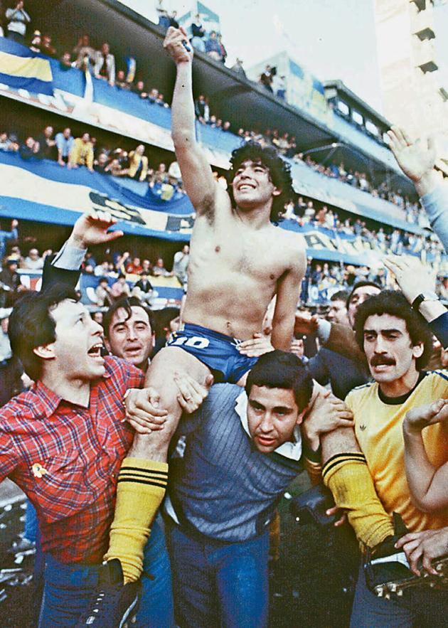 Diego Maradona, porté en triomphe après avoir remporté le championnat d'Argentine avec Boca Juniors, à Buenos Aires, en 1981.