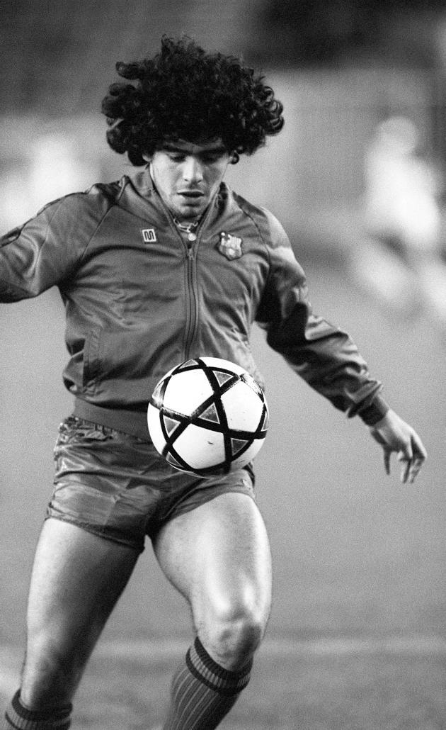 Diego Maradona sous les couleurs du FC Barcelone, avant un match amical contre le Paris Saint-Germain, le 13 novembre 1984, à Paris.
