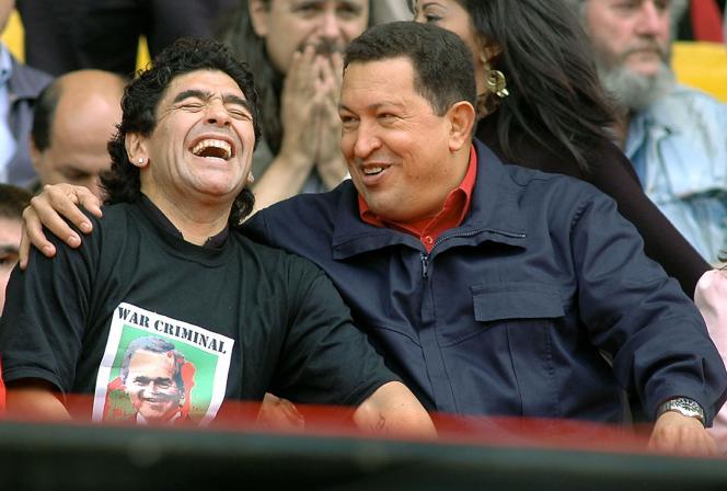 Diego Maradona avec Hugo Chavez, alors président du Venezuela, lors du Sommet des Amériques, le 4 novembre 2005 à Mar del Plata (Argentine).