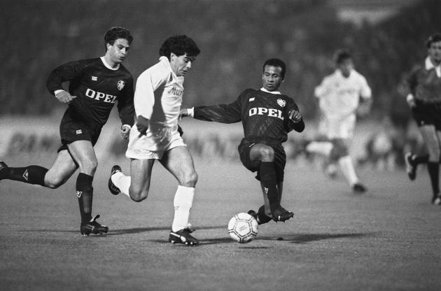 Diego Maradona, qui joue pour Naples, évite les Bordelais Jean Tigana (à droite) et Alain Roche, le 23 novembre 1988, en huitième de finale de la Coupe de l'UEFA.
