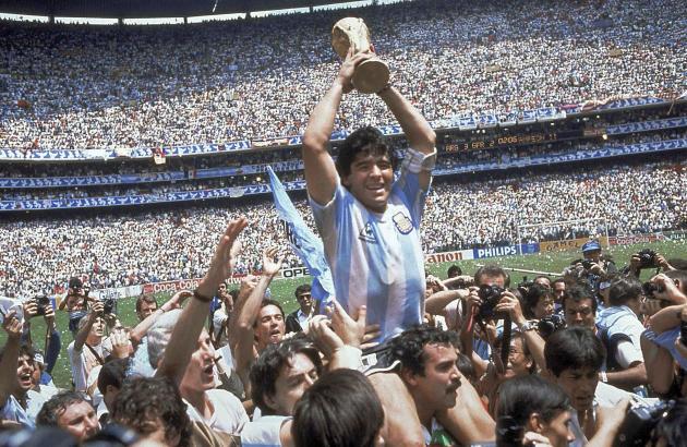 Diego Maradona brandit le trophée de la Coupe du monde remportée par l'Argentine, le 29 juin 1986, à Mexico.