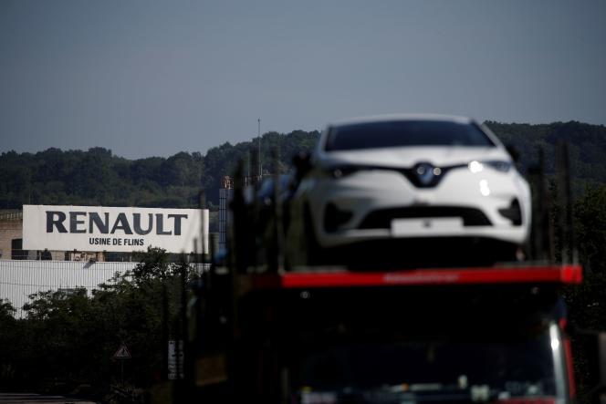 Des voitures quittent l'usine Renault de Flins (Yvelines), le 26 mai.