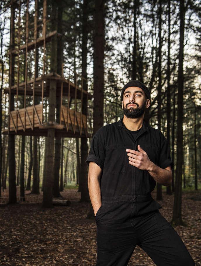 Feda Wardak, jeune architecte de 29 ans, a pris des chemins de traverse en créant son agence. Il pose ici en forêt de Bondy (Seine-Saint-Denis) où il réalise une installation qui interroge la «pression foncière» exercée sur les milieux naturels.
