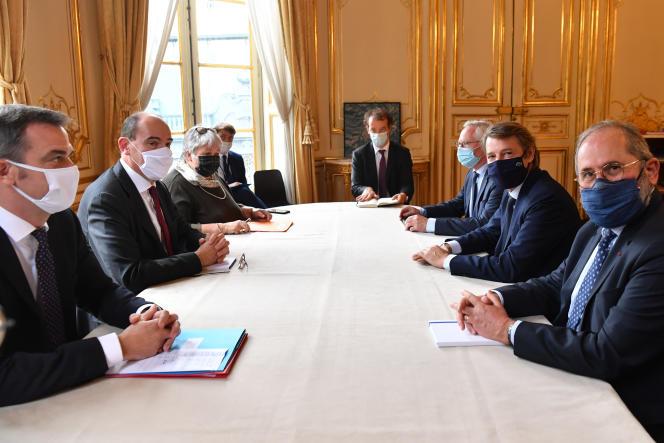 Le président de l'Association des maires de France, François Baroin (à droite, au centre), lors d'une réunion à Matignon, le 30 septembre.