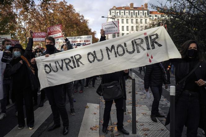 Manifestation de propriétaires de commerces, bars et restaurants contre la fermeture de leurs établissements, à Lyon, le 16 novembre 2020.