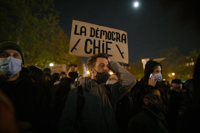 Rassemblement place de la Republique à Paris, le 24 novembre, après les violences de la veille lors de l'évacuation d'un campement de migrants.