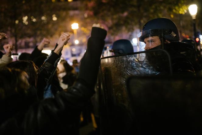 Mardi 24 novembre, place de la Republique à Paris, des centaines de personnes protestent contre l'évacuation violente la veille d'un campement de près de 500 migrants.