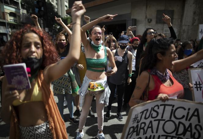 Des femmes manifestent devant le ministère de l'intérieur et de la justice à Caracas, au Venezuela, mercredi 25 novembre.