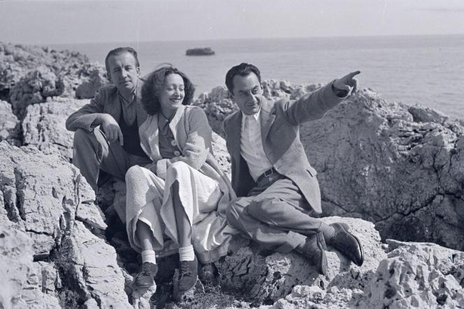Paul Eluard avec sa femme Nusch et Man Ray, à l'été 1937.