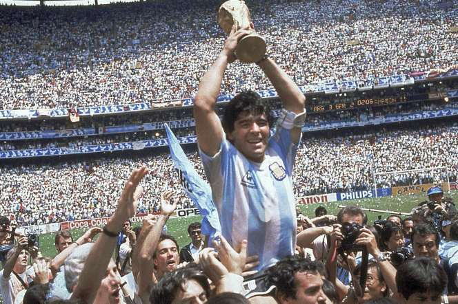 Diego Maradona porté en triomphe par ses coéquipiers après le titre mondial de l'Argentine, le 29 juin 1986 à Mexico.
