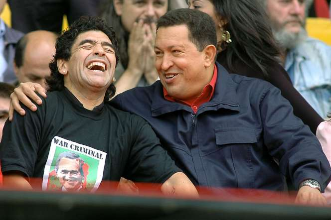 Diego Maradona avec Hugo Chavez, alors président du Venezuela, en novembre 2005.