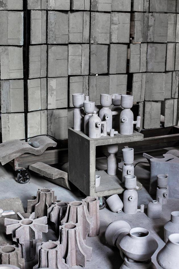 Dans sa fermedu XIXe siècle reconvertieen atelier, Frédérick Gautier crée des objets atypiques, comme ces « vases-engrenages ».