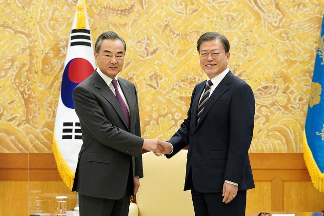 Le ministre des affaires étrangères chinois, Wang Yi (à gauche), sert la main du président sud-coréen, Moo Jae-in, à la Maison Bleue, la demaure présidentielle, à Séoul, le 26 novembre.