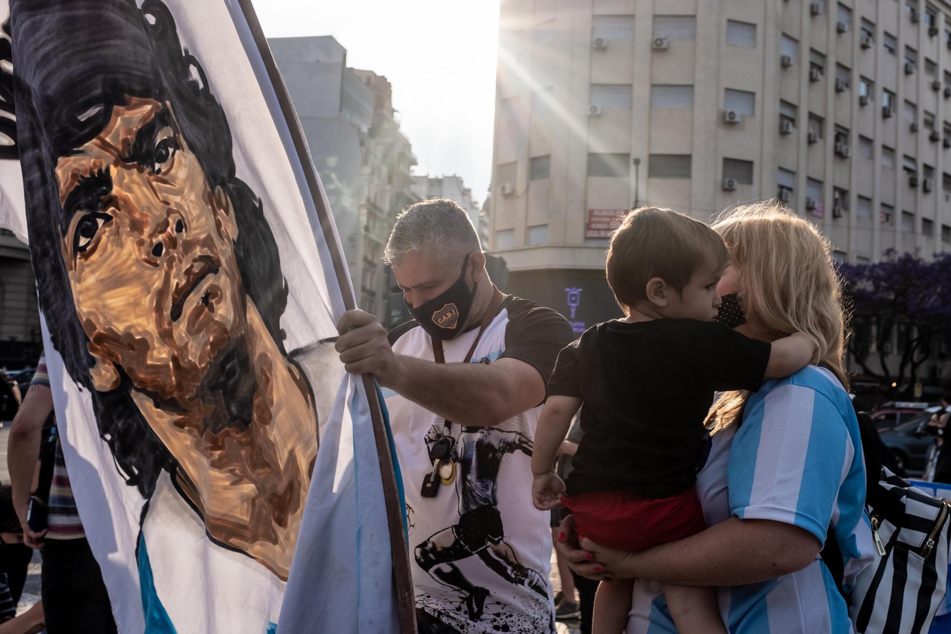Erica Godoy et sa famille, fans de l'ex-joueur de football argentin Diego Maradona, à Buenos Aires, le 25 novembre 2020.