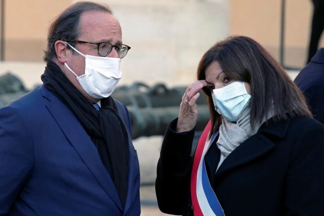 François Hollande et Anne Hidalgo, avant une cérémonie en hommage au résistant Daniel Cordier, aux Invalides à Paris, le 26 novembre.